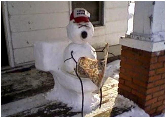 снеговик с газетой на унитазе