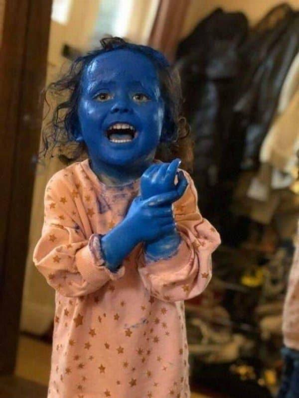 девочка с синим лицом