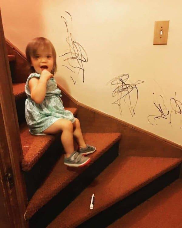 девочка на ступеньках