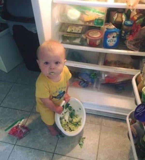 ребенок у открытого холодильника