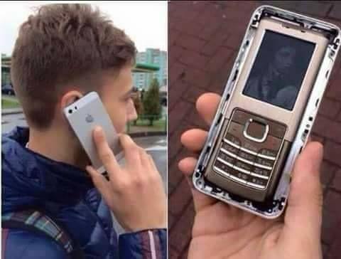 парень с телефоном в руке