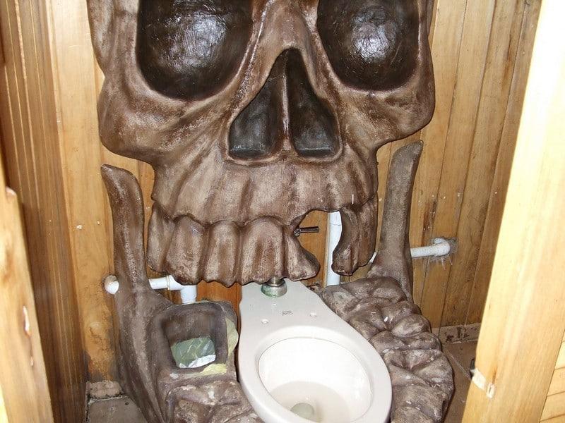 туалет и череп