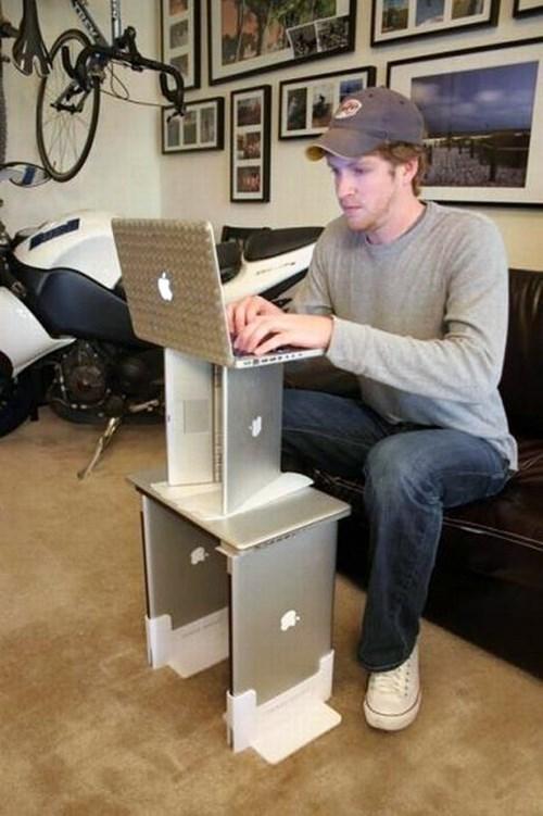 парень работает за ноутбуком