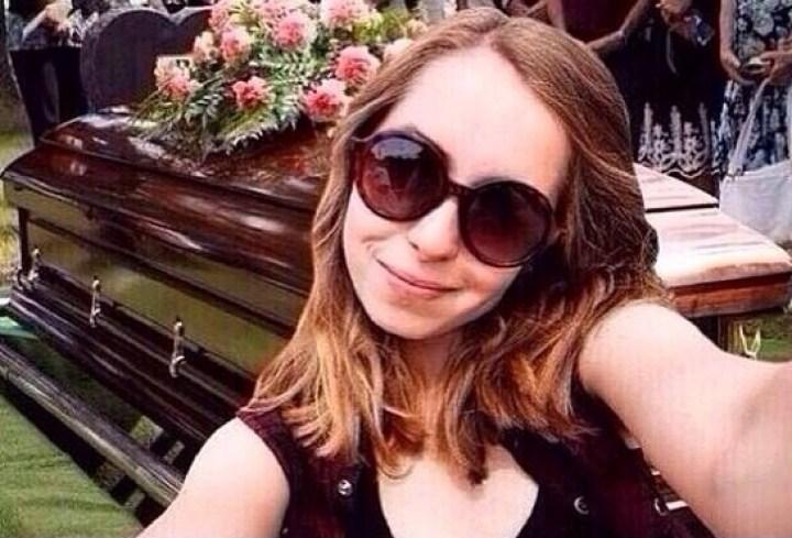 девушка на похоронах