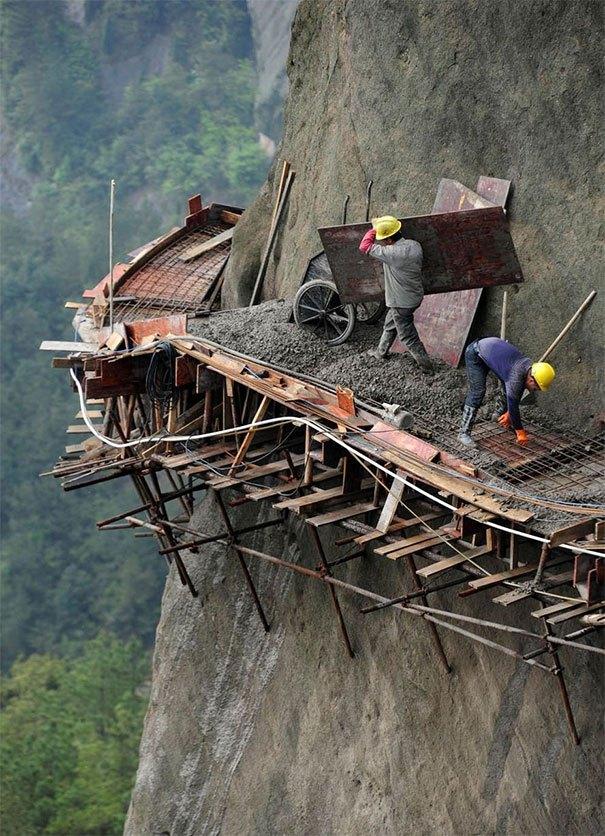 строители в горах
