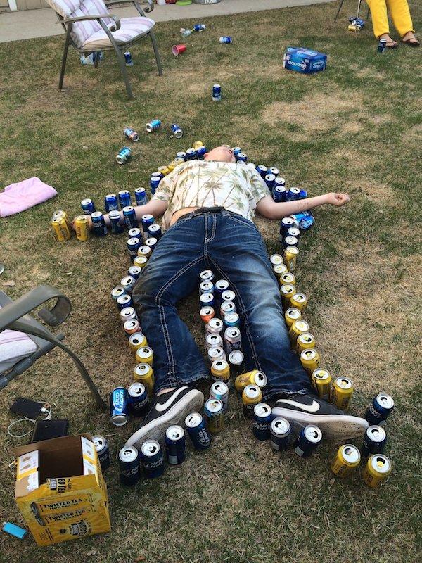 пьяный спит среди пивных банок