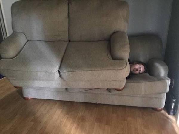 парень на диване под диваном