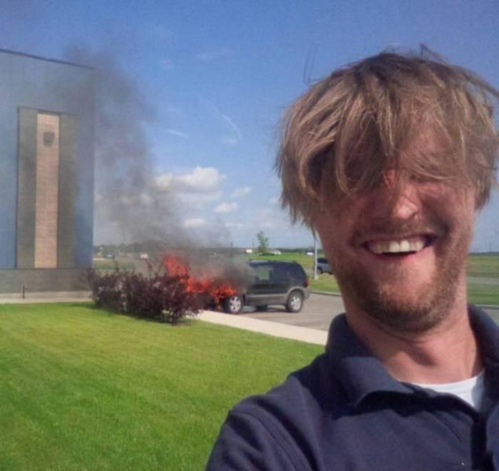 мужчина и горящая машина