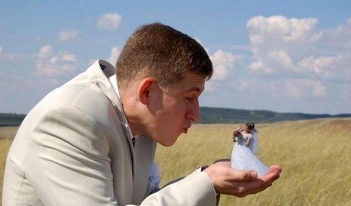 жених держит невесту на ладони