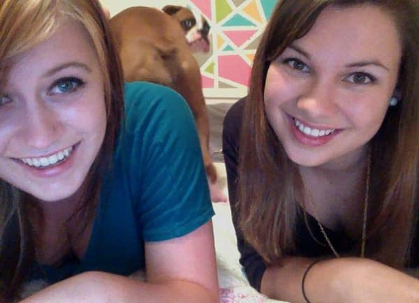 девушки и собака