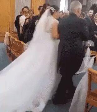 мальчик прыгает на платье невесты