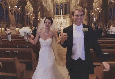 жених и невеста идут по проходу