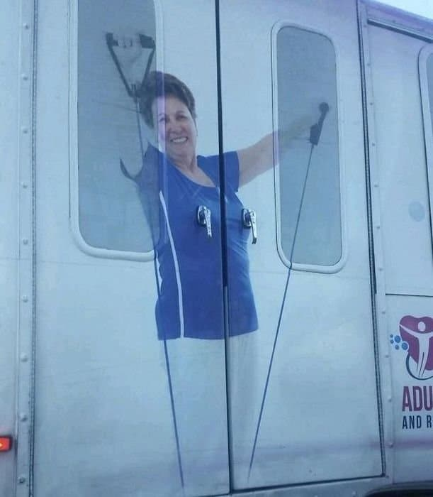 фото женщины на дверях