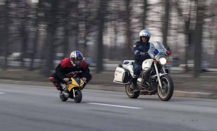 мотоциклист на детской игрушке