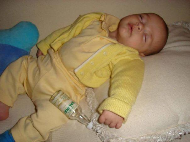 спящий малыш с бутылкой