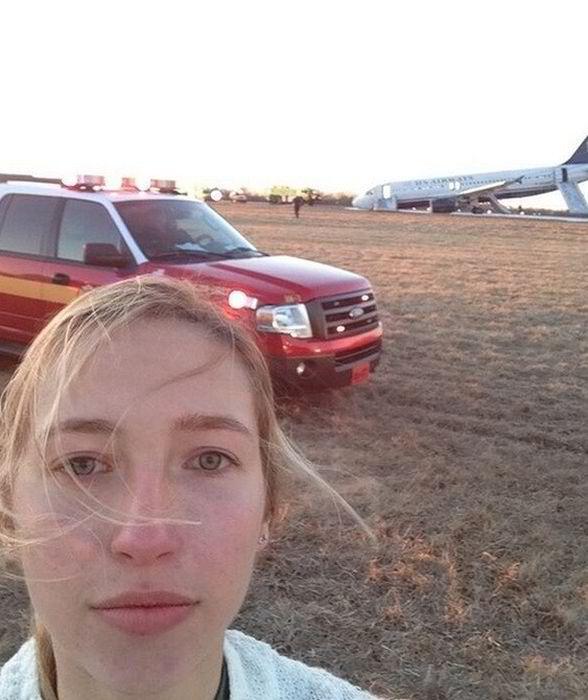 селфи девушки на фоне самолёта
