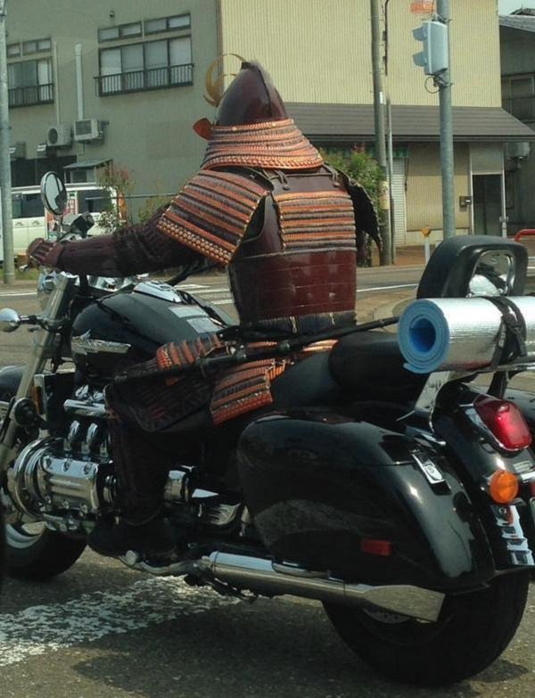 самурай на мотоцикле