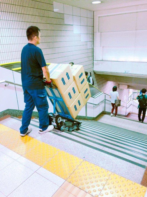 японец с тележкой на ступеньках