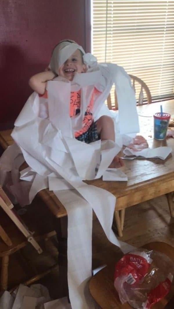 мальчик в туалетной бумаге
