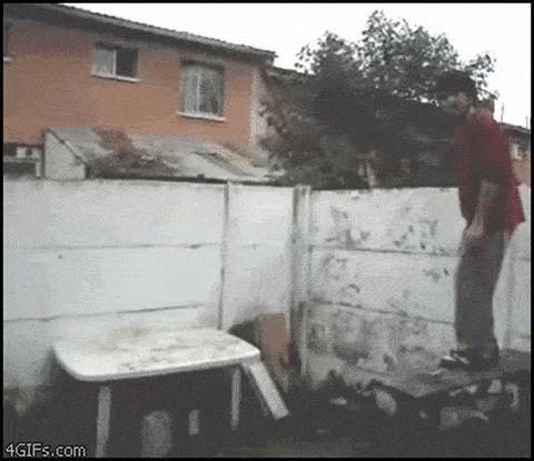 парень прыгает на стол