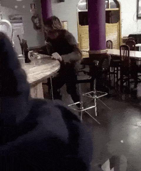 мужчина падает со стула