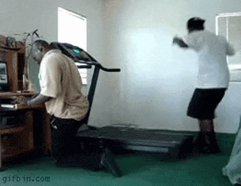 парень падает с беговой дорожки