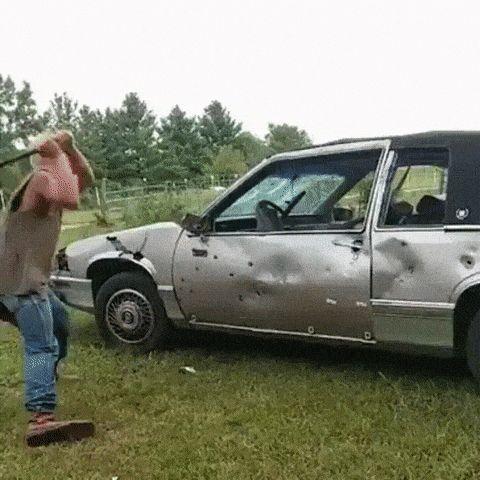 парень бьет битой по машине
