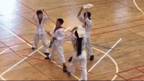 дети занимаются каратэ