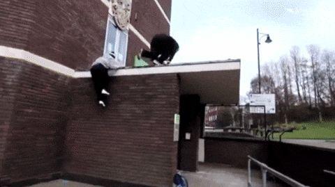 парень падает на асфальт