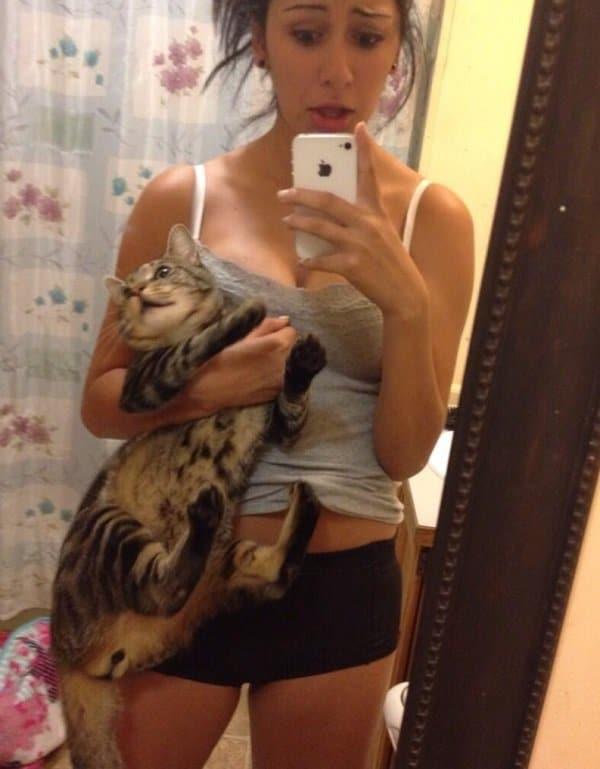 девушка с котом делает селфи