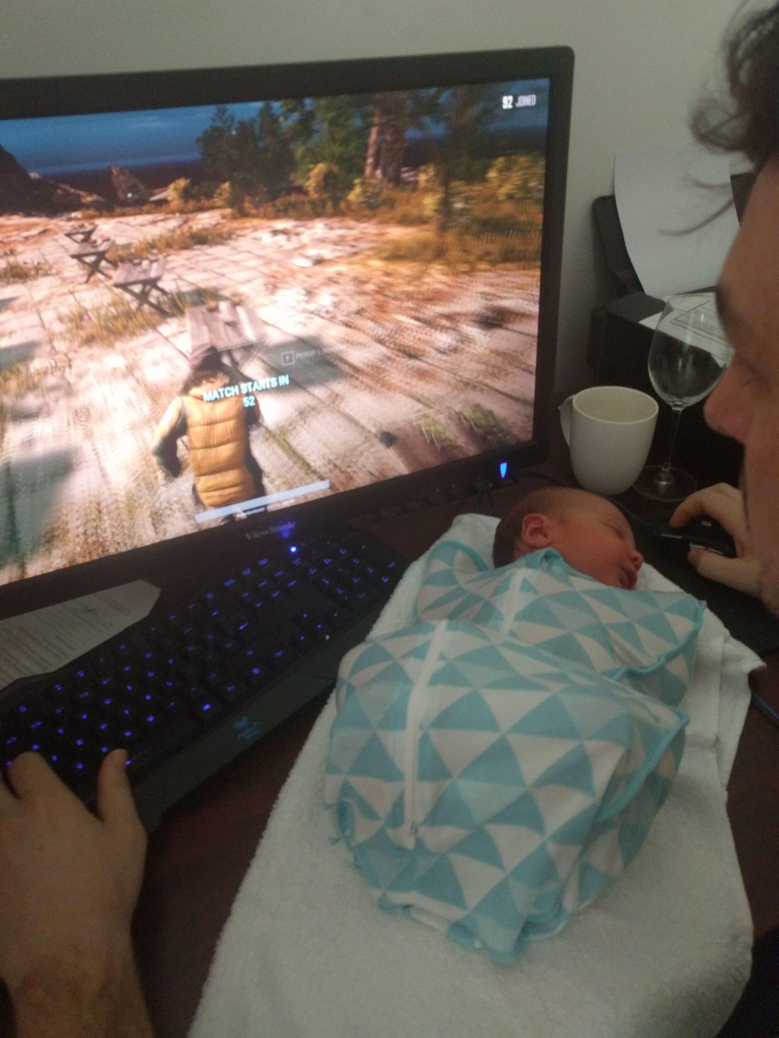 папа играет в игры и ребенок