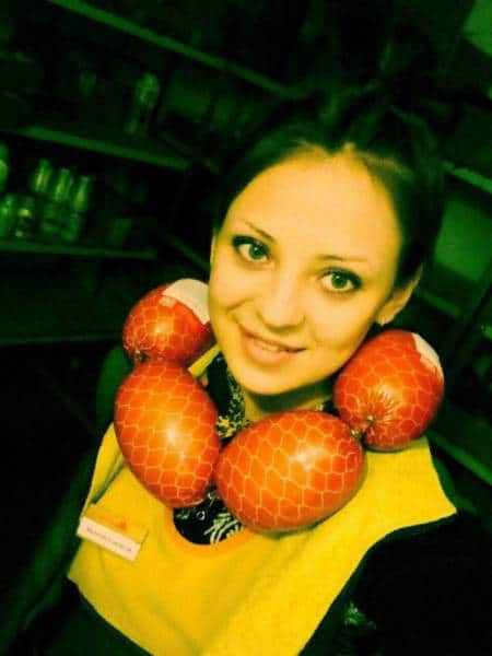 девушка с колбасой на шее
