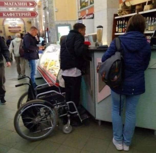 мужчина встал с инвалидного кресла