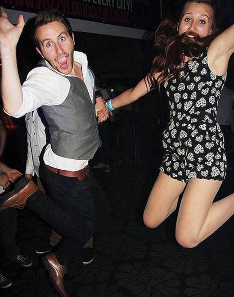 парень и девушка в прыжке