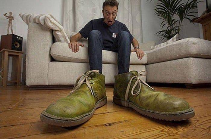 парень и огромная обувь
