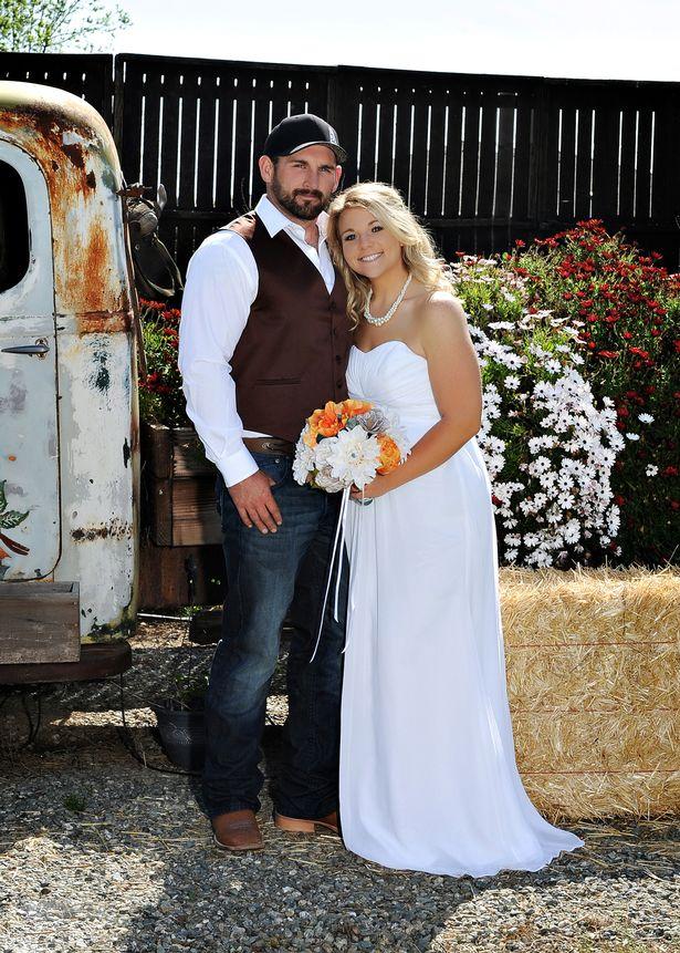 невеста и жених на фоне клумбы и фургона