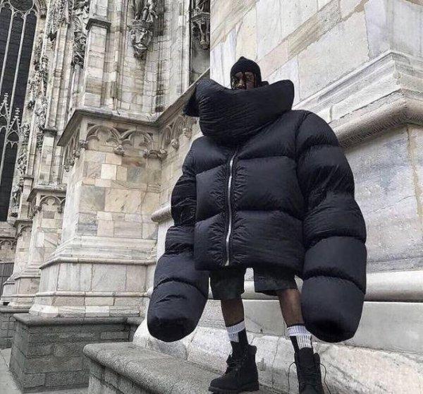 парень в большой куртке