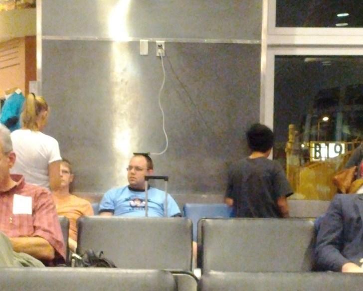 телефон лежит на голове у мужчины