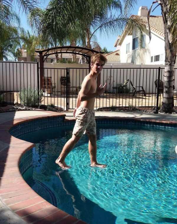 парень стоит на воде