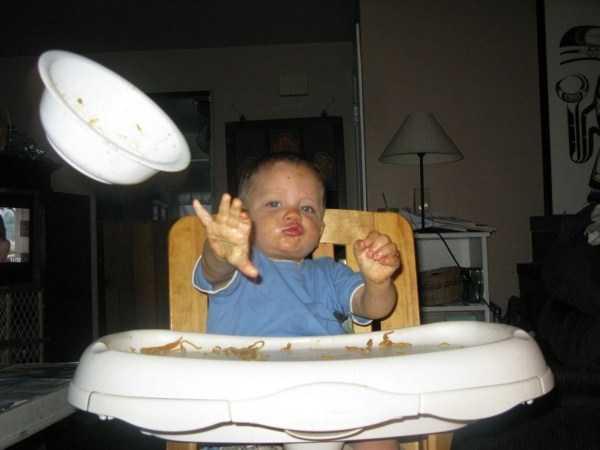 малыш бросает миску