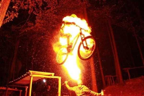 горящий велосипедист
