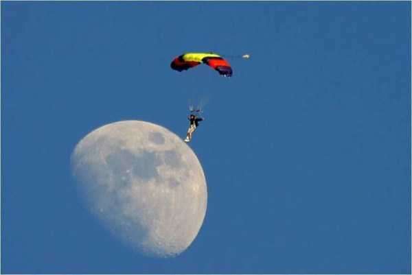 парашютист на фоне луны