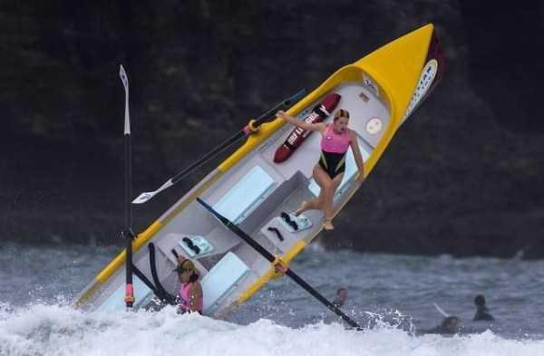 девушка падает с лодки