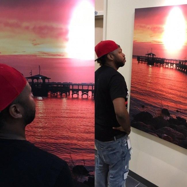 чернокожий парень смотрит на картину