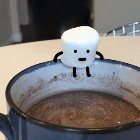 маршмеллоу падает в чашку с кофе