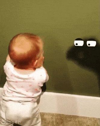 ребенок и тень на стене
