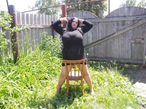 полная девушка со стулом