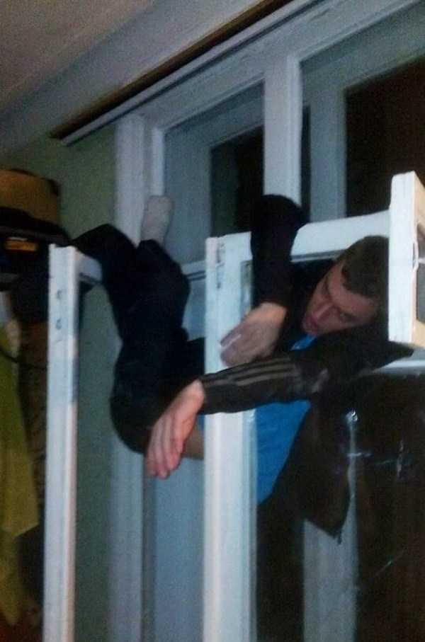 мужчина спит на окне