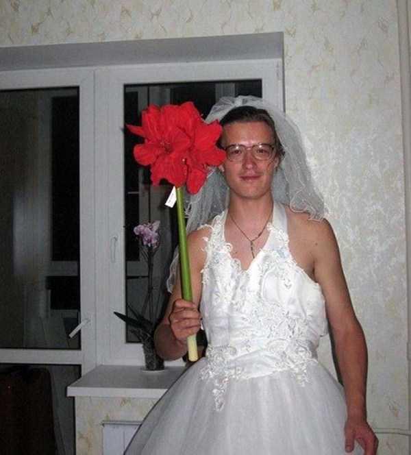 парень в свадебном платье