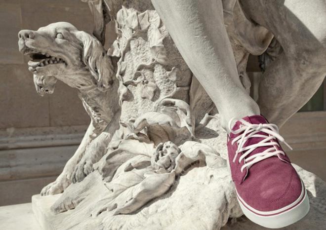 статуя в кедах